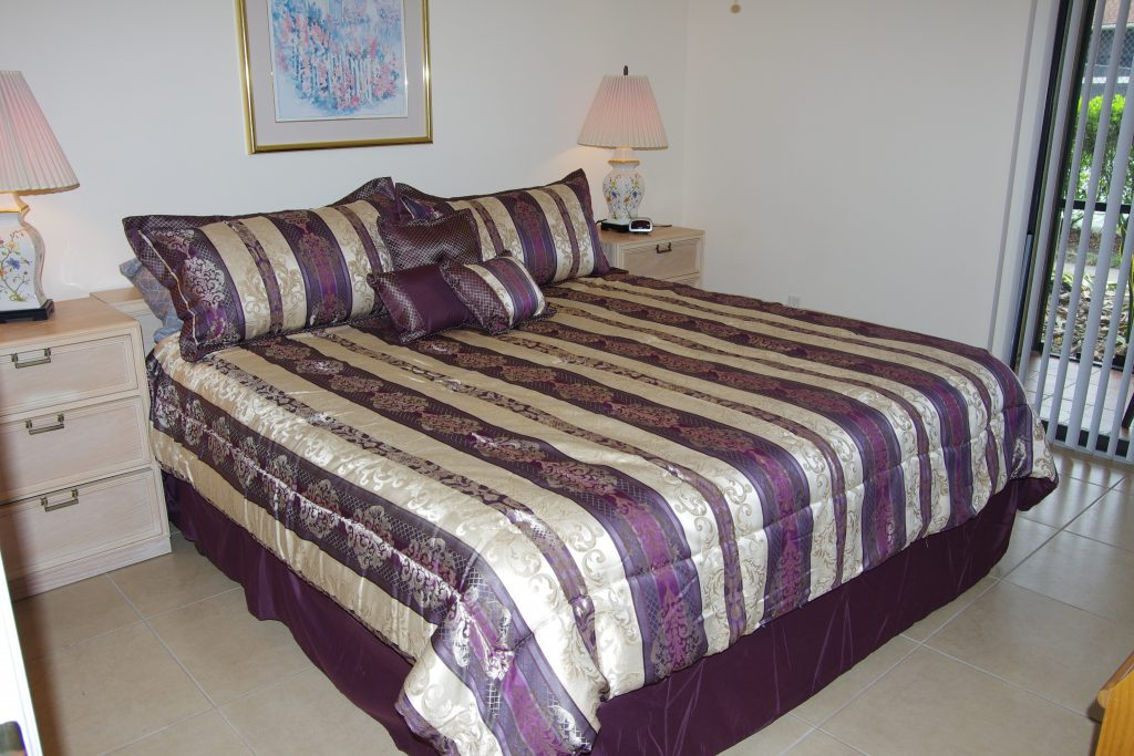 Bedroom with king size bed 2